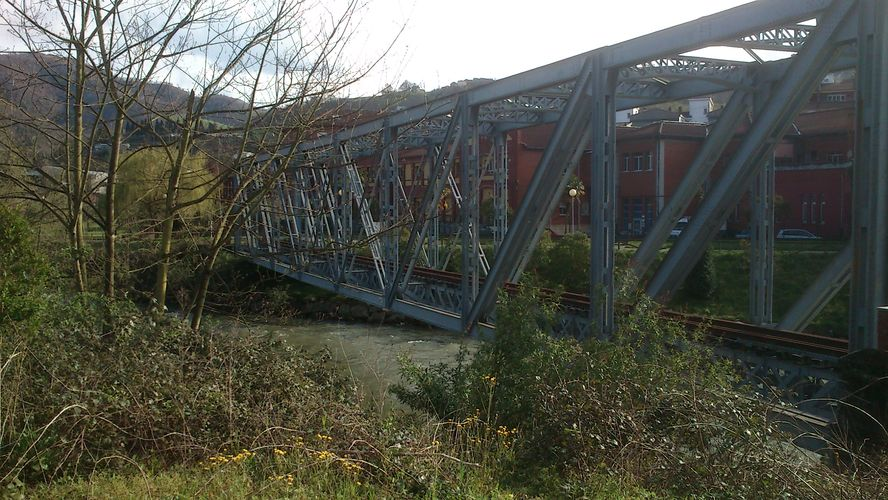 Ruta de los puentes junto al Nalón en Langreo