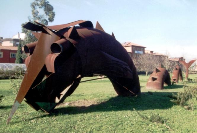 Escultura Cuélebre en el paseo mitológico de Sama de Langreo