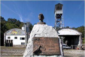 Monumento a José Manuel Fernández Felgueroso en el pozo Fondón de Sama de Langreo
