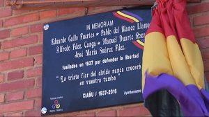 Placa en recuerdo a los 5 fusilados en Ciaño